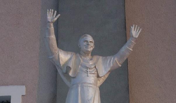 128643 603x354 2 - Памятник папе римскому Бенедикту XVI в Лучае