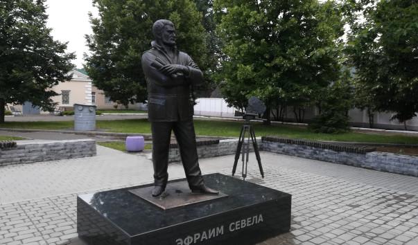 214042 603x354 2 - Памятник Эфраиму Севеле в Бобруйске