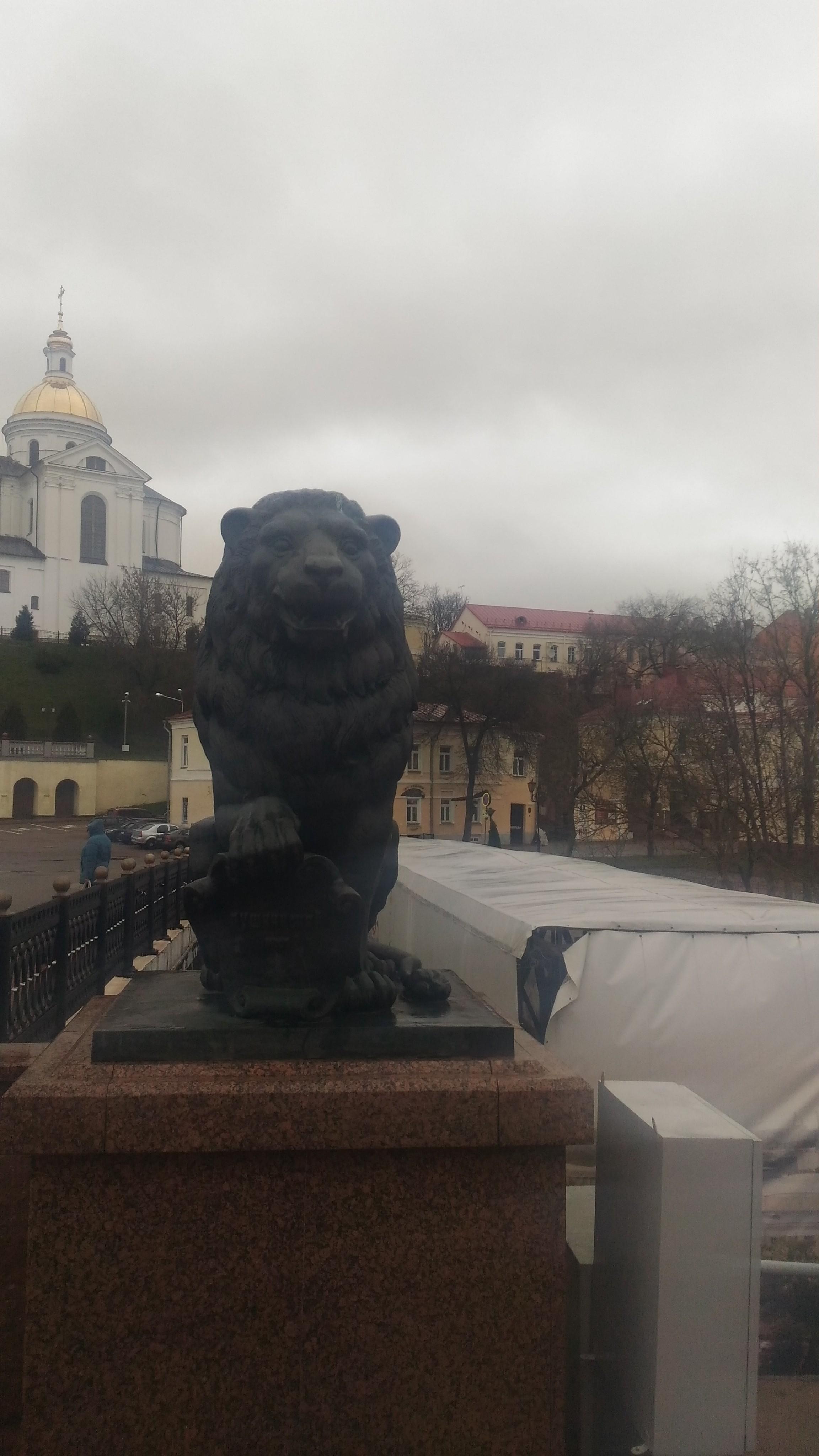 P 20191109 103158 1 - Скульптуры львов на Пушкинском мосту в Витебске