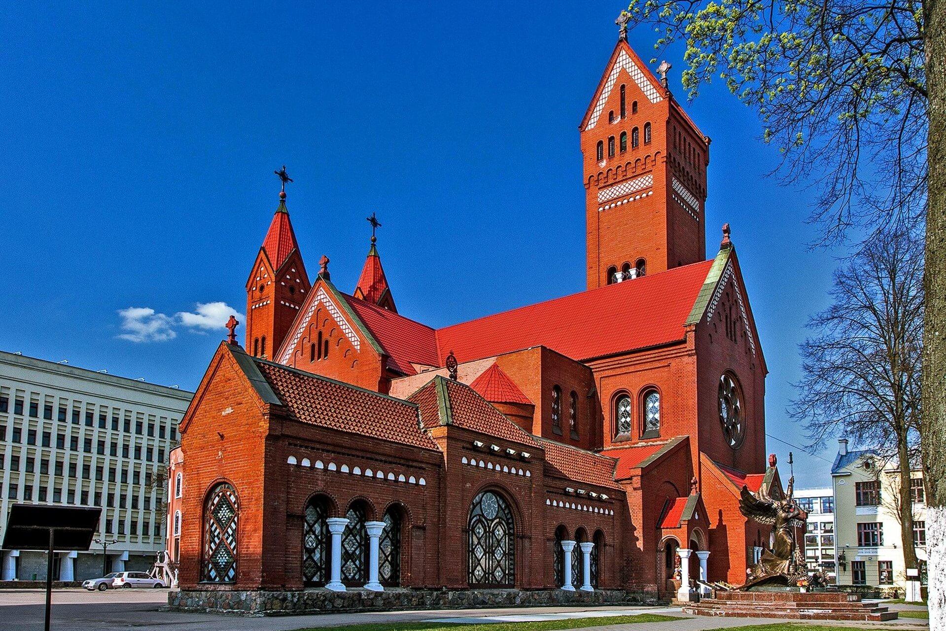 krasnyj kostel - Костёл Святого Симеона и Святой Елены в Минске